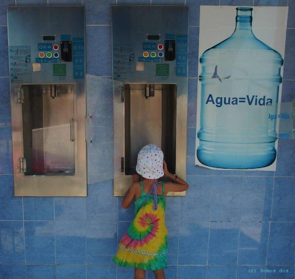 Wodomat. Tu, za parę peso napełnisz swą butelkę wodą.
