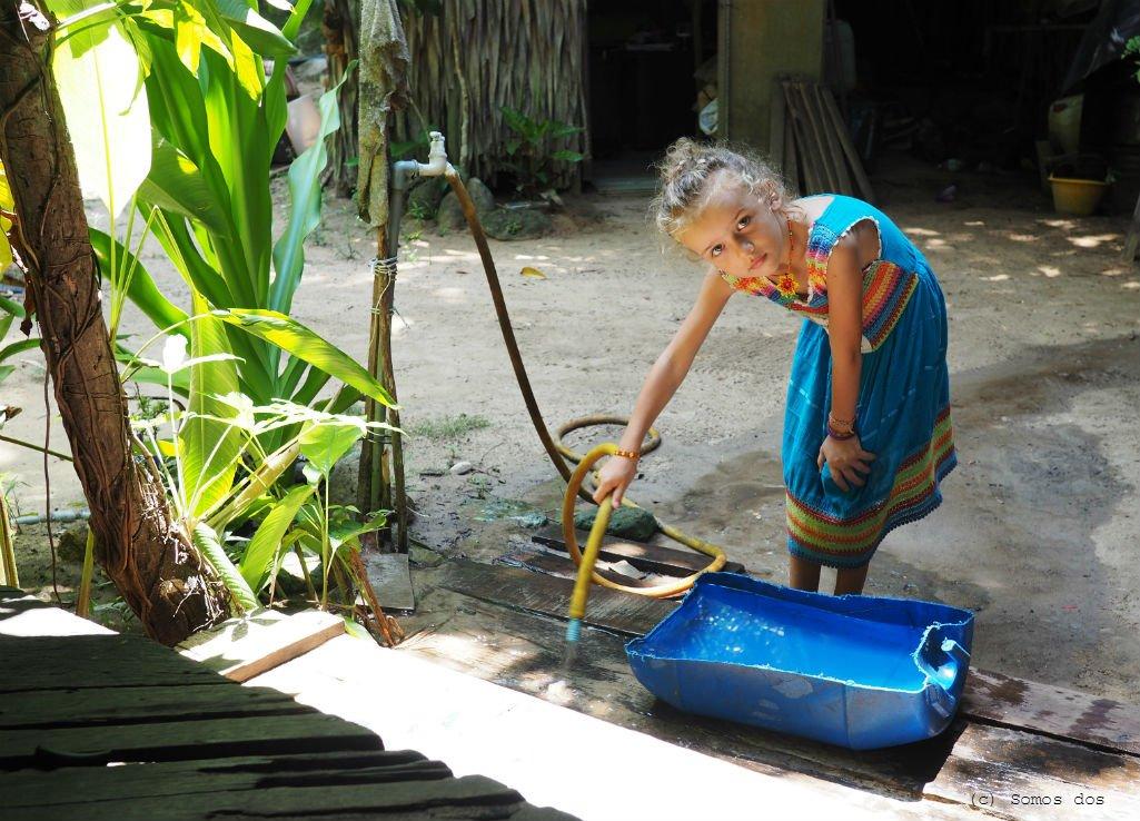 Do codziennych obowiązków Gajki należało czyszczenie schodów strumieniem wody. Chlapanie się i porządki, czyli przyjemne z pożytecznym. Wolontariat w Mari-Mari. Pulau Perhentian, Malezja