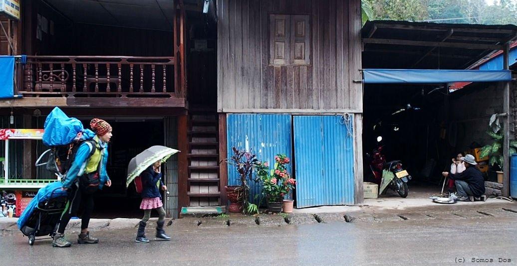 Spływ barką w dół Mekongu w deszczowy dzień - idziemy na przystań.