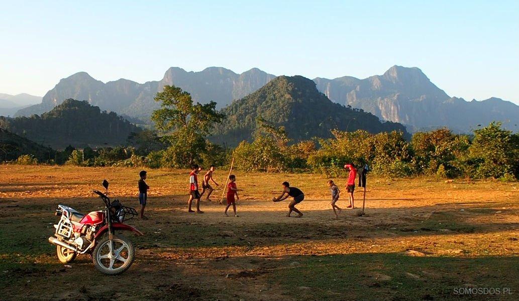 Boisko, Laos.  (Jedzenie szczura)