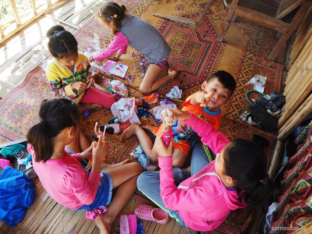 Nie widziałam zabawek u wiejskich dzieci w Laosie.  Stąd pewnie wysłużone Gajkowe laleczki cieszyły się taką popularnością.