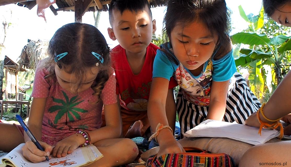 Dzieci w Laosie, szczególnie na wioskach nie mają kolorowych pisaków i farbek, stąd wysłużony zestaw Gai przyciągał ich jak magnes.