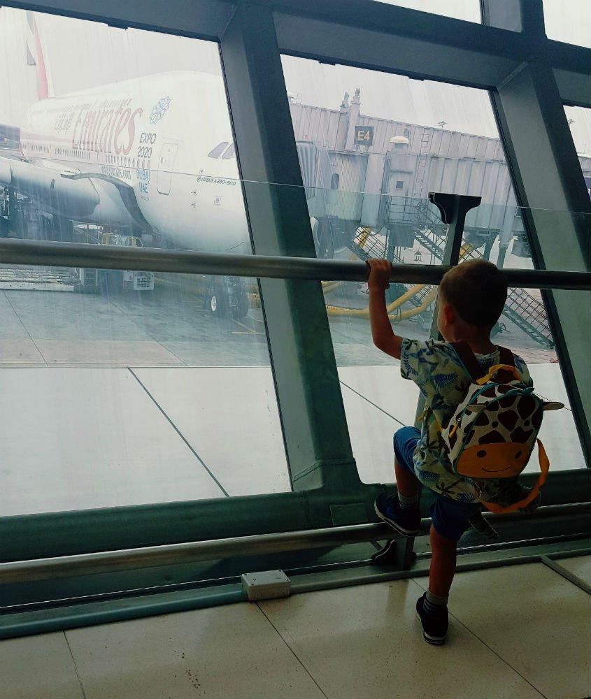 Wojtuś na lotnisku, zafascynowany samolotami. fot. arch.własne