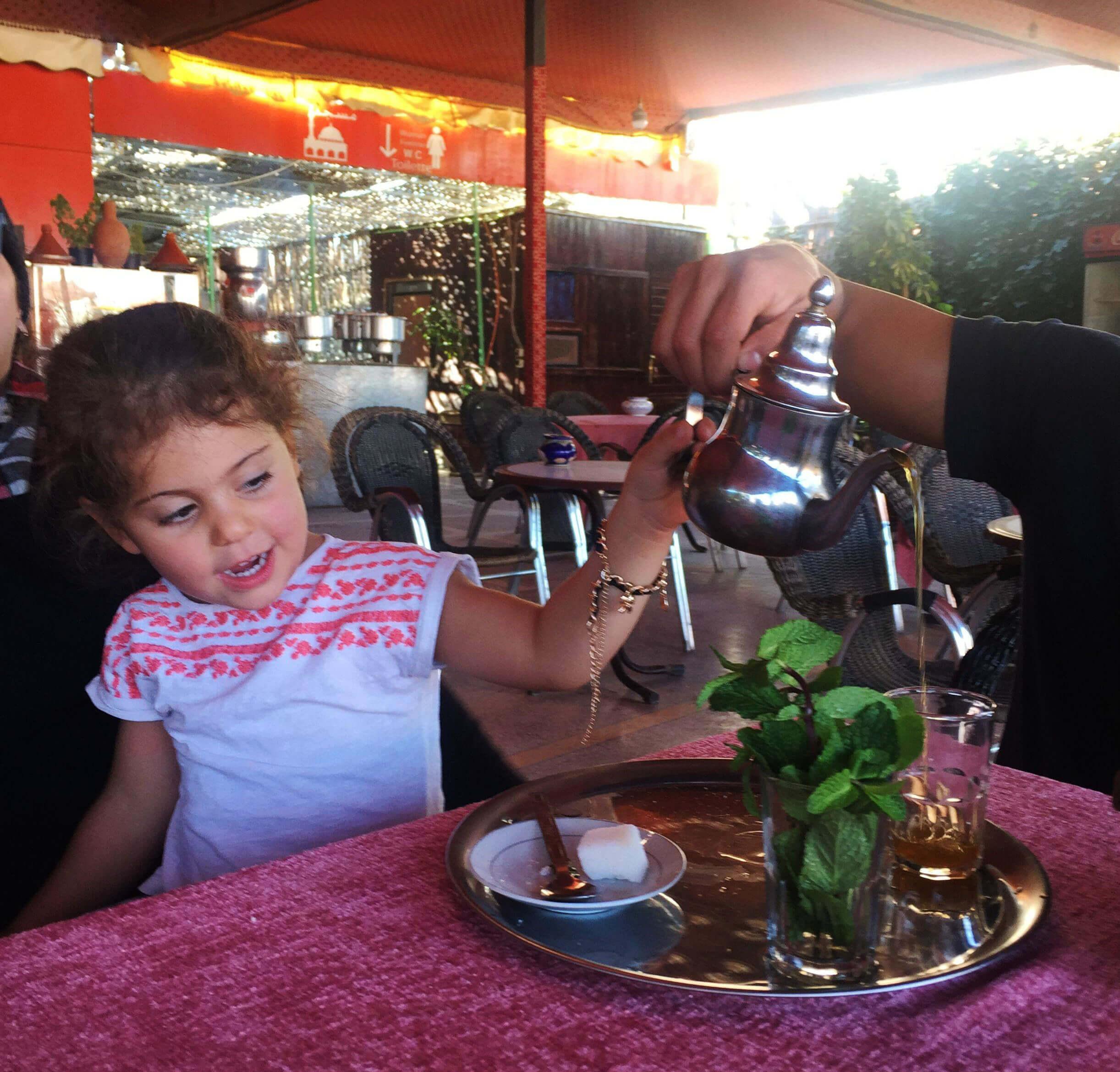 Nowe smaki, zapachy i zwyczaje fascynowały małą Hanię. /Wyjazd z dzieckiem do Maroka/