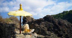 ołtarzyk na plaży, bali, indonezja