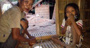 Baye Unip i adoptowana przez nią Mira na zupie u Ate.